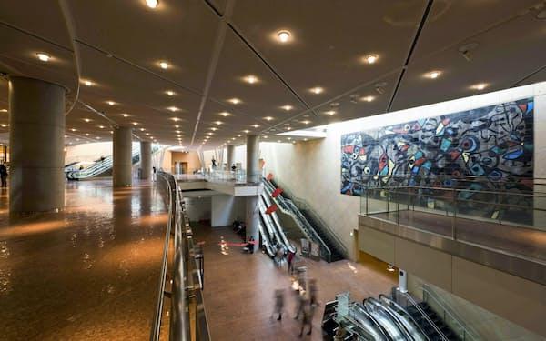 800枚以上の陶板を使ったジョアン・ミロの壁画「無垢の笑い」が万博当時の面影を残す現在の国立国際美術館