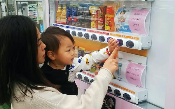 セコム子会社のセコム医療システム(東京・渋谷)が茨城県潮来市の道の駅「いたこ」に設置した赤ちゃん用紙おむつの自動販売機。通常の飲料と一体で販売する