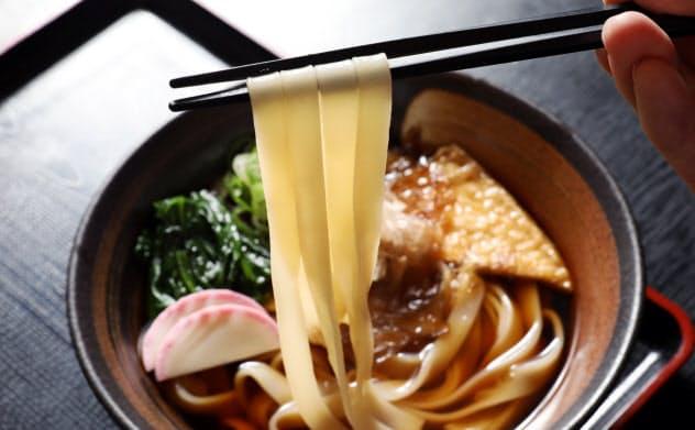 「角千本店」(名古屋市北区)のきしめんはつるっとした食感が特徴だ