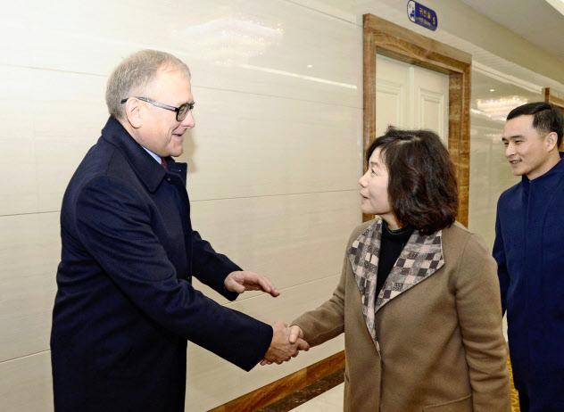 ロシアのマツェゴラ駐北朝鮮大使(左)の見送りを受ける北朝鮮の崔善姫第1外務次官(18日、平壌国際空港)=共同