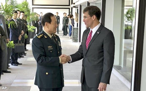 18日、バンコクで会談した中国の魏鳳和国防相(左)とエスパー米国防長官=AP