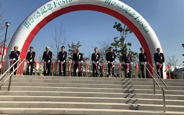 トヨタホームや大林新星和不動産などは「千里 円山の丘」の街開きイベントを開いた(16日、大阪府吹田市)