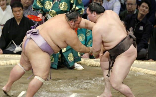 白鵬(右)が引き落としで琴勇輝を下す(18日、福岡国際センター)=共同