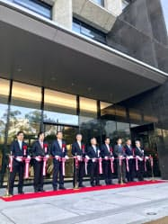 香川銀新本店の営業開始を記念して、式典が開かれた(18日、高松市)