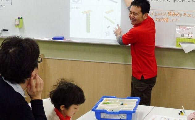 子どもの考える力や自己肯定感を養うため、プログラミング教室や探求型レッスンに通わせる親が増えている。