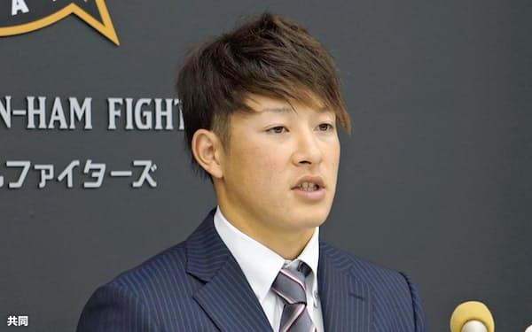 契約更改を終え、記者会見する日本ハムの吉田輝星投手(18日、千葉県鎌ケ谷市)=共同