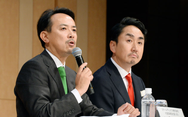 経営統合の記者会見をするZホールディングスの川辺健太郎社長(左)とLINEの出沢剛社長(18日、東京都港区)