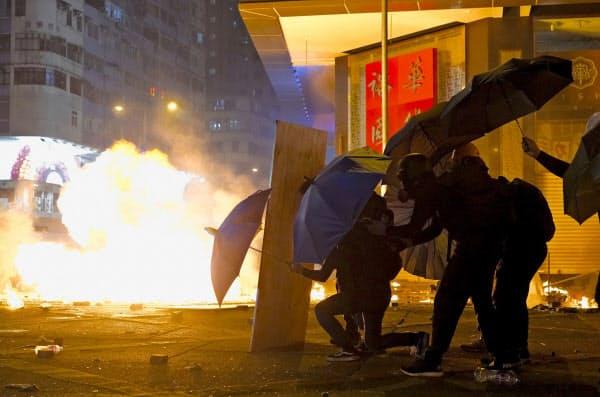 香港ではデモ隊と警察の衝突が続いている=AP
