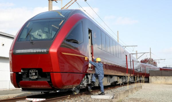 報道陣に公開された近鉄の新型名阪特急「ひのとり」(19日午前、大阪府八尾市)