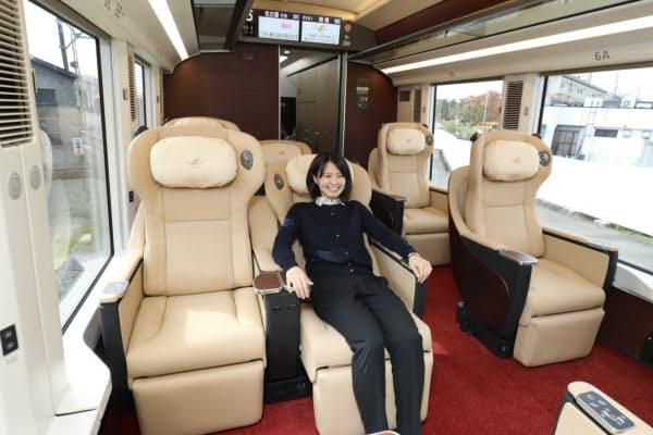 気兼ねなくリクライニングできる「バックシェル」を全座席で採用するうえ、プレミアム車両の座席の間隔は130センチと国内最大級のスペースを確保した