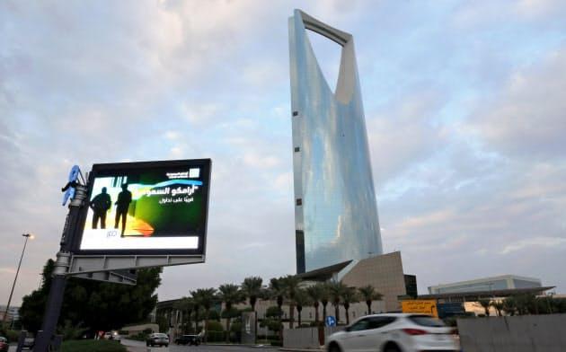 サウジアラビアの首都リヤドの街頭に掲げられたサウジアラムコの看板=ロイター