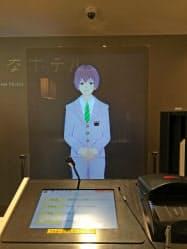 「変なホテル ハウステンボス」が受付に導入した「バーチャルスタッフ」。透明スクリーンにキャラクターが浮かび上がり、チェックイン業務を担う