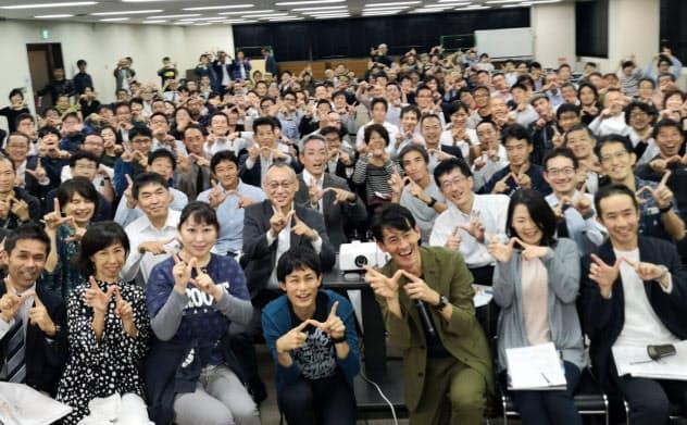UTMBのレース動画上映会の参加者と(10月、東京都新宿区)