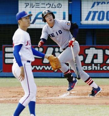 城西国際大戦の1回、慶大・中村健が先頭打者本塁打を放つ。投手舘(19日、神宮)=共同