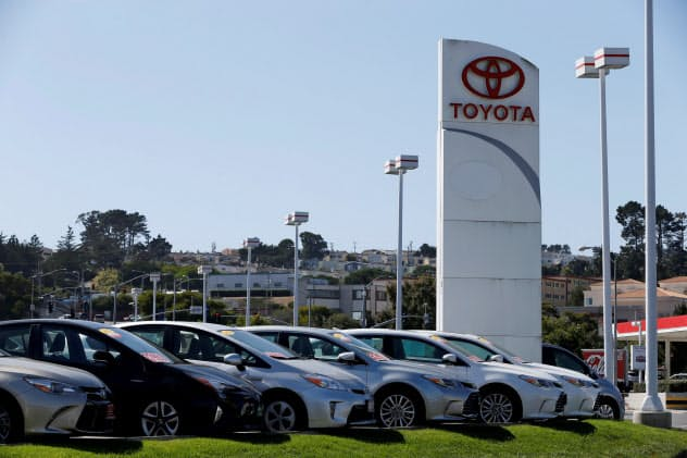 政権を支持する立場を示した企業からの公用車購入を停止する(カリフォルニア州にあるトヨタ自動車の販売店)=ロイター