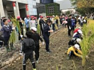 地元の小学5年生61人が参加(19日、大阪市)