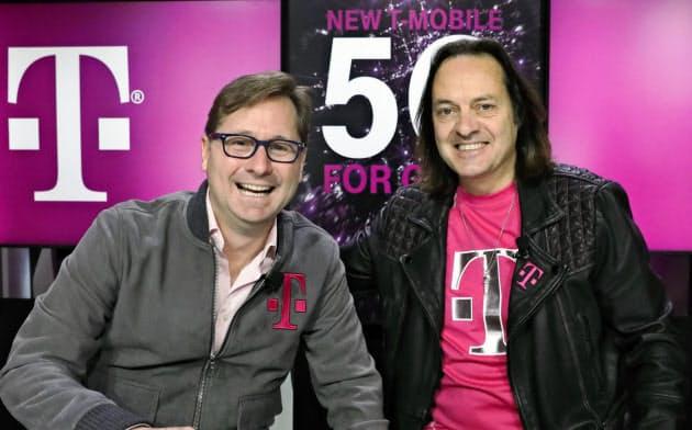 T-モバイルのジョン・レジャーCEO(右)は来春、退任する。左は後を託されるマイク・シーバートCOO=AP