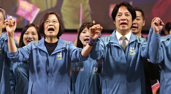 蔡英文総統(左)は反中機運を追い風に支持を伸ばしている(17日、台北市内)=AP