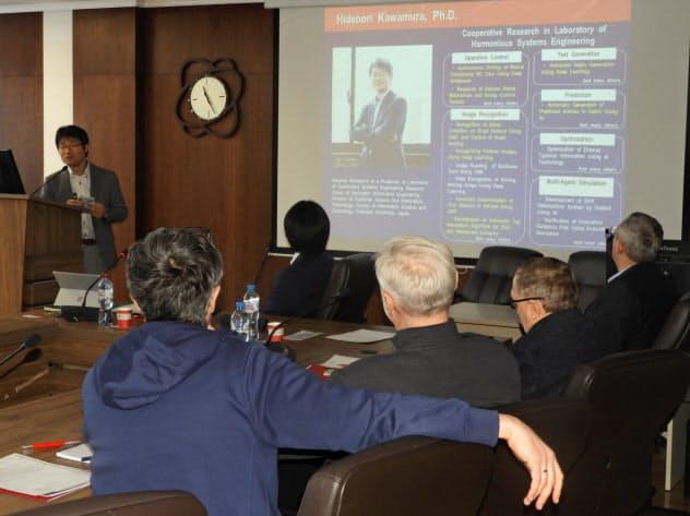 AIの研究テーマについて説明する北大の川村秀憲教授(19日、ノボシビルスク市)
