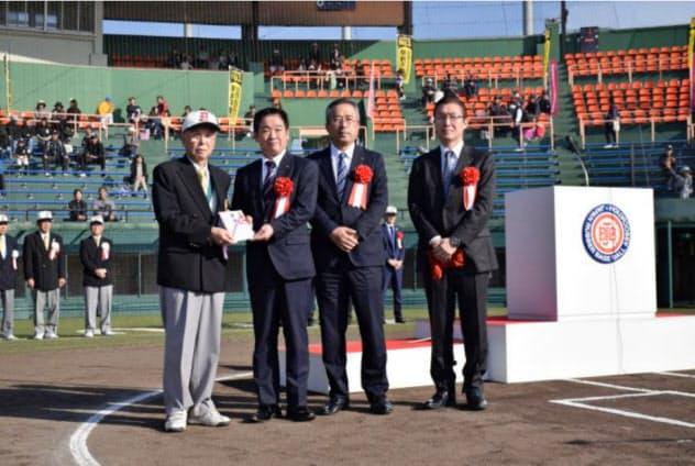 筑邦銀行はCSR私募債の受託に力を入れ、手数料収入を伸ばした(福岡県久留米市で開かれた寄付式典)