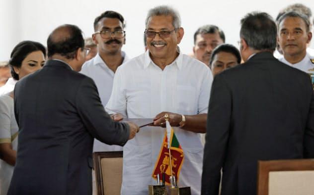 大統領就任式で笑顔を見せるラジャパクサ氏(18日、スリランカ北部)=ロイター