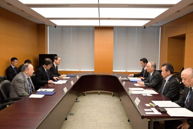 帰宅困難者受け入れの協定を結ぶ東京都千代田区の石川雅己区長(右から3人目)と事業者ら