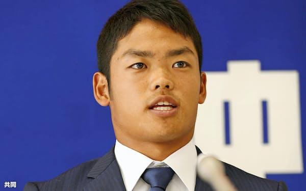 契約更改交渉を終え記者会見する中日・根尾(9日、ナゴヤ球場)=共同