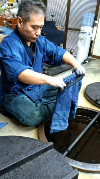 ツアーでは藍染め体験もできる(徳島県藍住町の本藍染矢野工場)