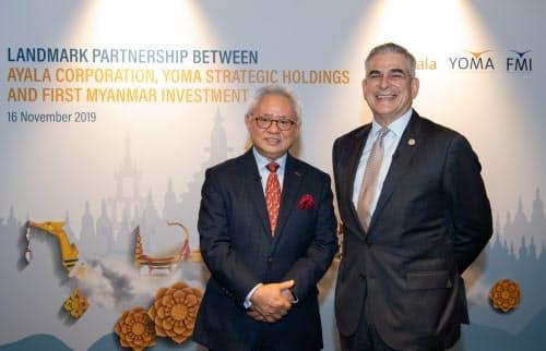記者会見に臨むヨマのパン会長(左)とアヤラ会長(16日、シンガポール)=林偉祥撮影