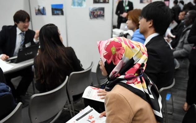 「中国以外の留学生の減少が目立つ」との声も(就職フェアに参加した外国人留学生ら)