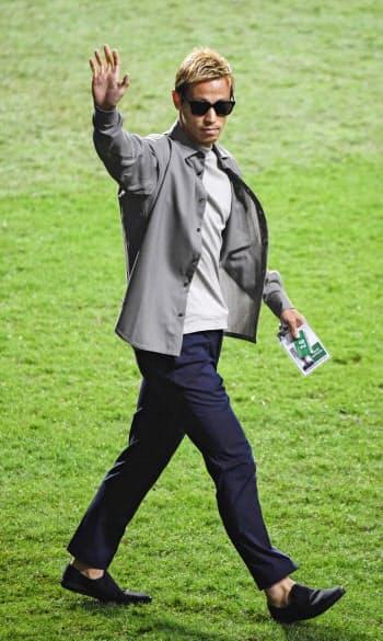 サッカーW杯アジア2次予選の香港―カンボジア戦に姿を見せた、カンボジア代表の実質的な監督を務める本田圭佑氏(19日、香港)=共同