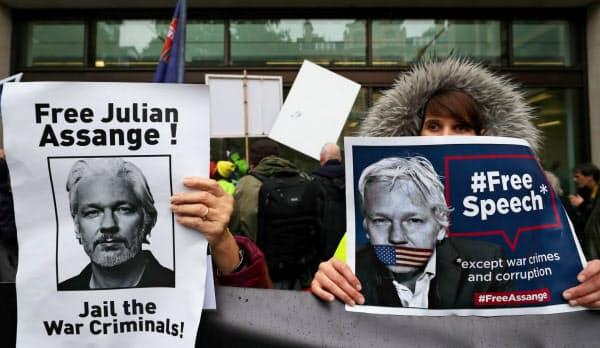 アサンジ被告の米国への身柄引き渡しに反対する人々(10月、ロンドン)=ロイター
