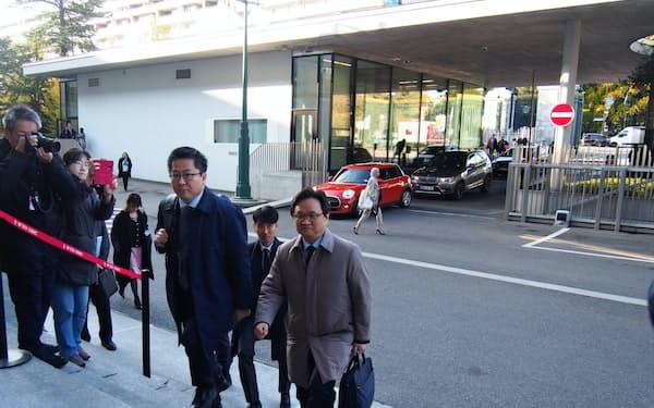 協議に向けWTO本部に入る韓国政府代表団(19日、ジュネーブ)