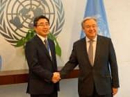日本の石兼公博新国連大使(左)と国連のグテレス事務総長(19日、ニューヨークの国連本部)