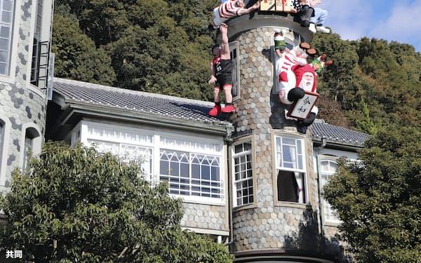 世相を表すサンタクロース人形などが飾り付けられた神戸・北野の異人館「うろこの家」(20日午前)=共同