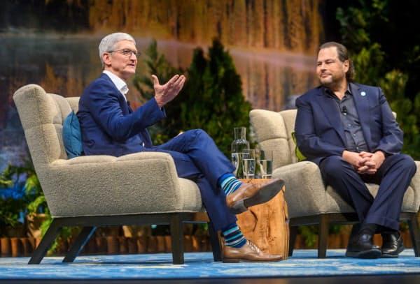 アップルのクック氏とセールスフォースのベニオフ氏が協業をアピールした(19日、サンフランシスコ)