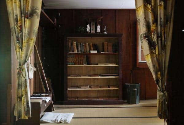 勉強部屋の本棚の上には神棚があった