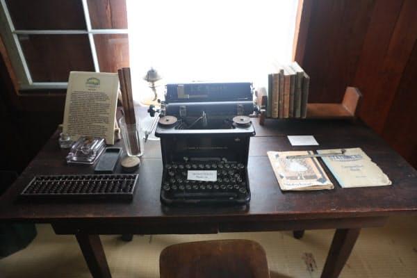 勉強部屋の机には米国のタイプライターと日本のそろばんなどが残る