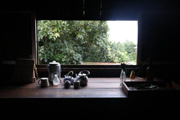 ダイニングキッチンの窓辺に置かれたお茶の道具