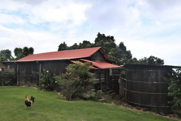 1925年に建てられた内田さんの家。右は飲料水用の雨水タンク