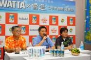 新たな缶チューハイ商品を発表したオリオンビールの早瀬京鋳社長(中、20日、那覇市)