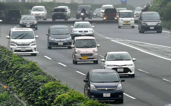 高速道路を走行する自動車(横浜市青葉区)