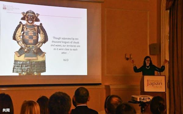 11日、英バッキンガム宮殿で来年6月から始まる日本特別展について説明する王室コレクションの管理団体の学芸員(右)(ロンドン)=共同
