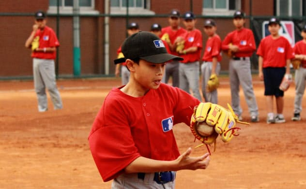 MLBのプロ選手育成学校で練習する生徒