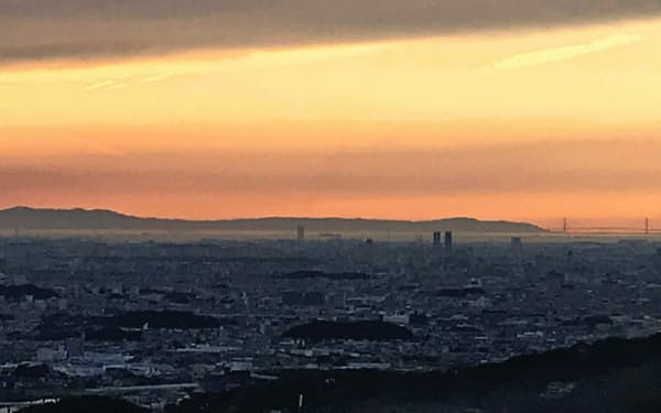 右後方に明石海峡大橋が見える。手前の黒っぽい小さな山々が百舌鳥・古市古墳群だ