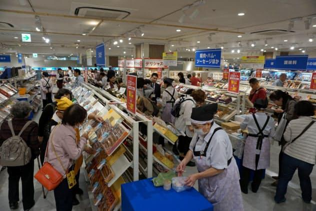 買い物客でにぎわう遠鉄百貨店の特設会場(浜松市)