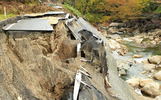 宮城県丸森町の筆甫地区で崩落したままの道路(11日)