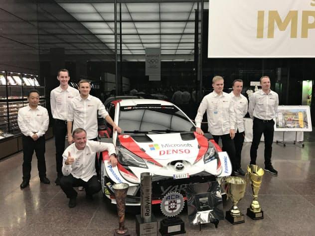 トミ・マキネン代表(最前列(左))が率いるトヨタのチームはオット・タナク選手(最前列(右))らがドライバー部門でタイトルを獲得した(20日、東京都文京区のトヨタ自動車東京本社)