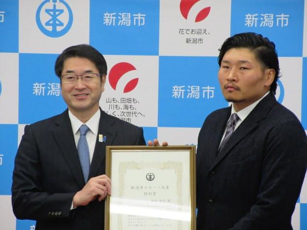 新潟市から表彰を受けたラグビー日本代表の稲垣啓太選手(右)