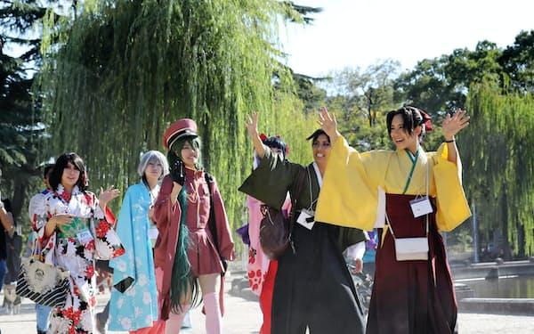 イベントで鶴舞公園を練り歩くコスプレーヤー(名古屋市昭和区)